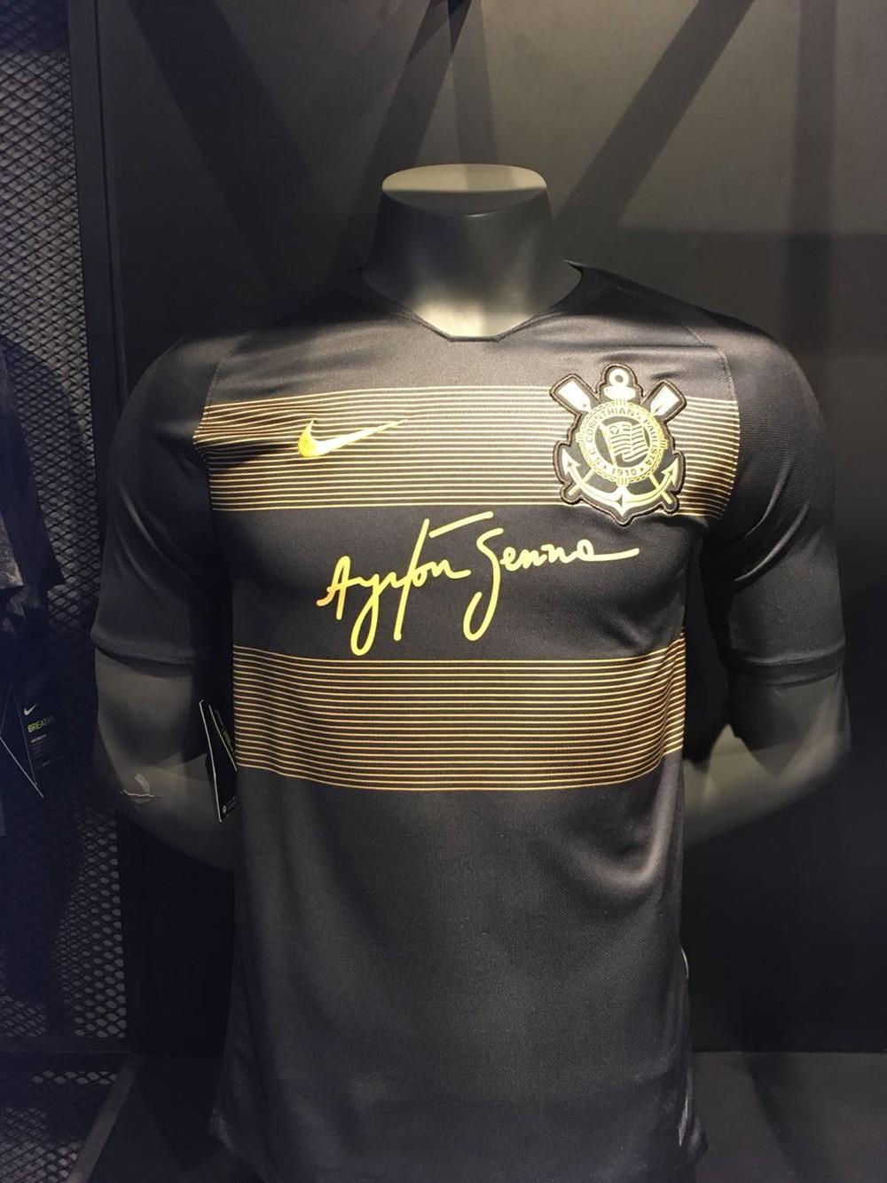 7d582304aa O Corinthians começa nesta segunda-feira a campanha de lançamento de seu  novo terceiro uniforme, que faz homenagem ao ex-piloto de Fórmula 1 Ayrton  Senna.
